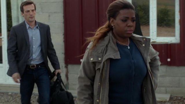 Le cardigan bleu marine porté par Daisy (Irina Muluile) dans Le Bureau des légendes (S01E01)