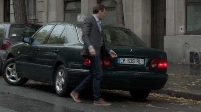 Les basket de ville marron portées par Malotru (Mathieu Kassovitz) dans la série Le Bureau des légendes (S01E01)