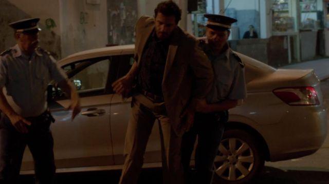 Le pantalon de costume camel porté par Cyclone (Mehdi Nebbou) dans Le Bureau des légendes (S01E01)