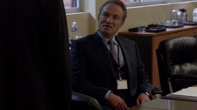 La veste de costume bleu marine portée par Mag (Gilles Cohen) dans la série Le Bureau des légendes (S01E01)