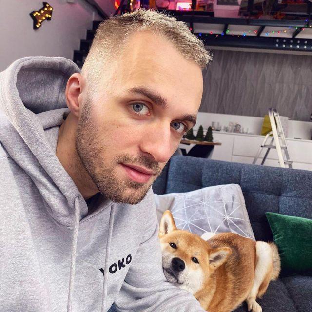 Le sweatshirt à capuche YOKO de Squeezie sur son compte Instagram @xsqueezie