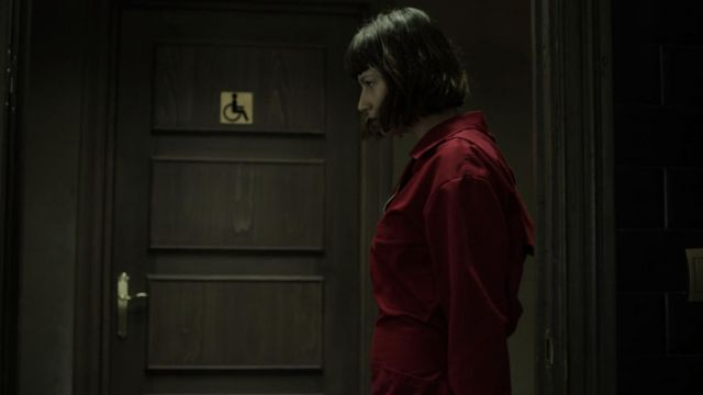 La combinaison rouge portée par Tokio (Úrsula Corberó) dans La casa de papel (S02E06)