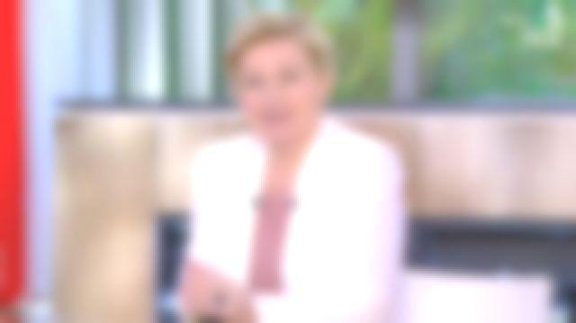 La veste col châle en crêpe de Anne-Élisabeth Lemoine dans C à Vous le 14.04.2020