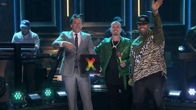 Le sweatshirt Nike imprimé léopard porté par Nicky Jam lors de son medley avec J Balvin dans The Tonight Show Starring Jimmy Fallon