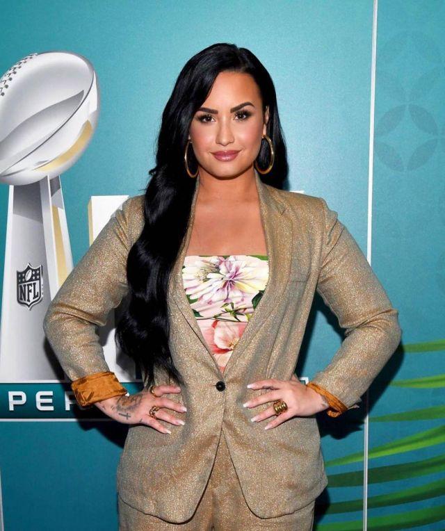 The top flowered silk Dolce & Gabbana Demi Lovato on her account Instagram @ddlovato
