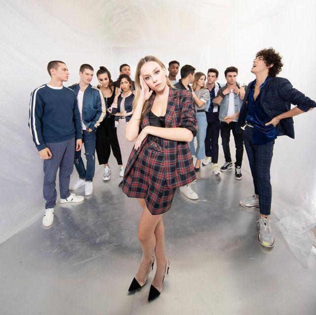 Le blazer rouge à carreaux Caroll porté par Ester Expósito sur une photo promotionnelle de la série Élite saison 3