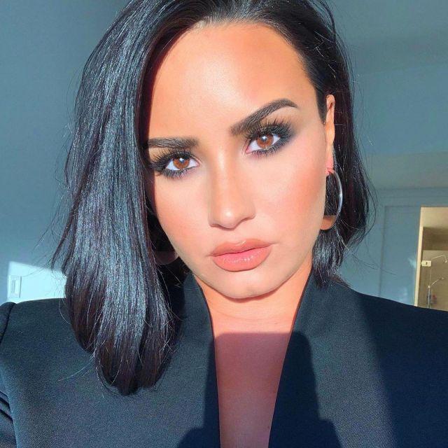 The blazer in crepe black Goat of Demi Lovato on her account Instagram @ddlovato