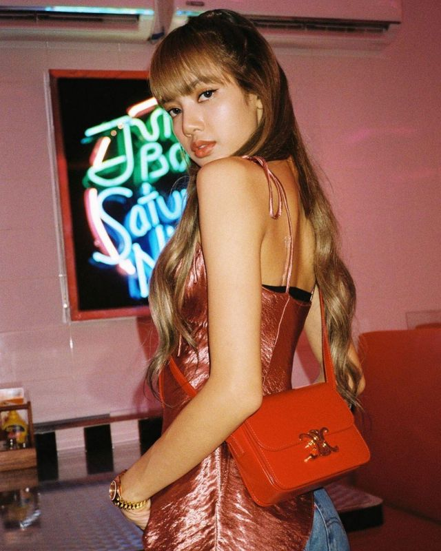 Red Mini Bags of Lisa on the Instagram account @lalalalisa_m