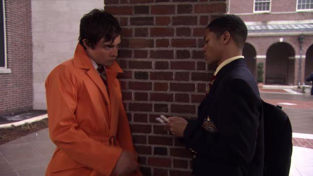 Le trench orange porté par Chuck Bass (Ed Westwick) dans la série Gossip Girl (Saison 1 Épisode 15)