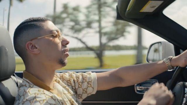 Le polo Gucci motif GG blanc marron de Maes dans son clip Blanche feat. Booba