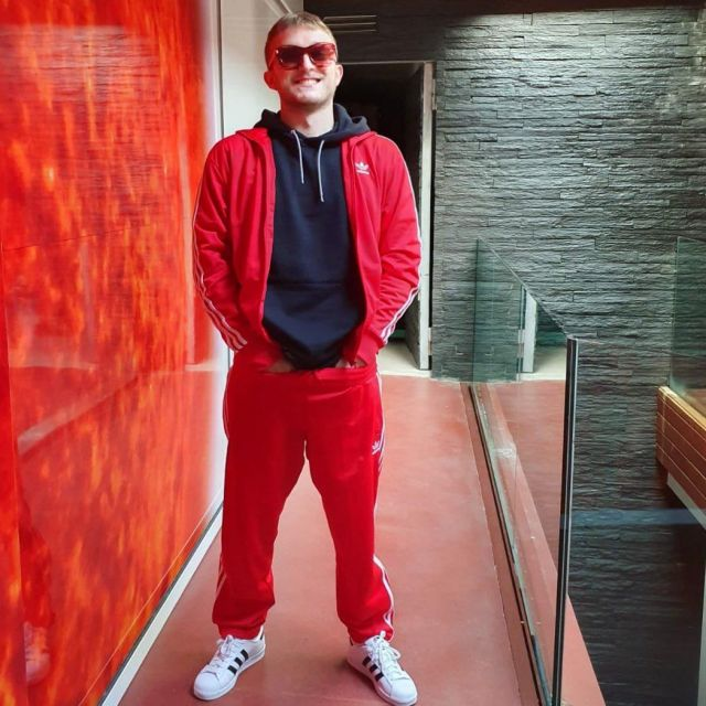 Le pantalon de survêtement SST rouge Adidas porté par Valentin Le Du aka Vald sur son compte Instagram @valdsullyvan
