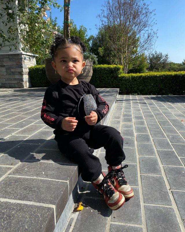 La paire de Nike Jordan 1 Mid Chicago Toe (TD) portée par la fille ...