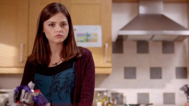 Bleu Floral Combi porté par Clara (Jenna Coleman) dans Doctor Who (S07E11)