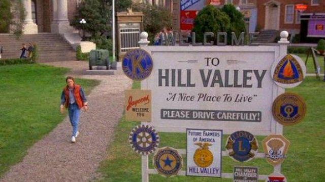 La réplique en métal du panneau Welcome to Hill Valley dans Retour vers le futur