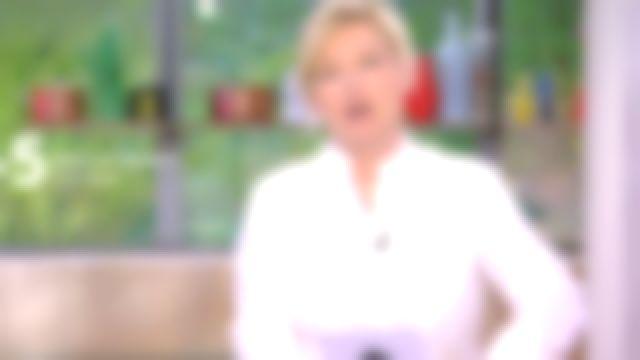 La chemise en jacquard blanc, col droit de Anne-Élisabeth Lemoine dans C à Vous le 24.04.2020