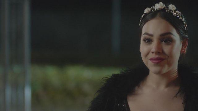 Le serre-tête à fleurs et perles de Lu (Danna Paola) dans Élite (S01E04)