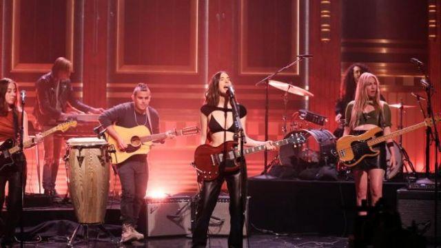 Le soutien-gorge triangle noir de Danielle Haim dans The Tonight Show Starring Jimmy Fallon