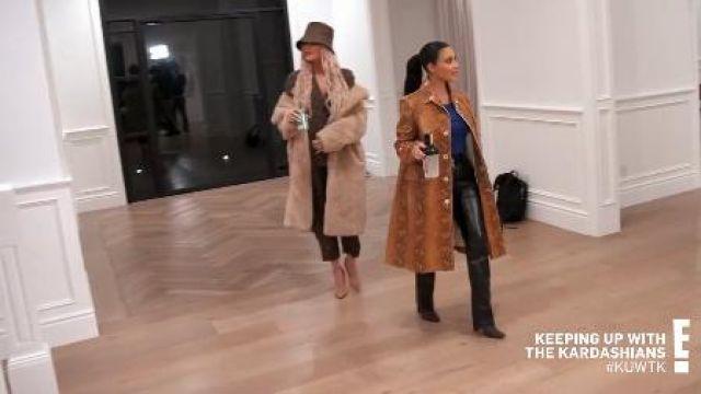 Pantalon en cuir porté par Kim Kardashian en accord avec les Kardashians Saison 18 Épisode 6