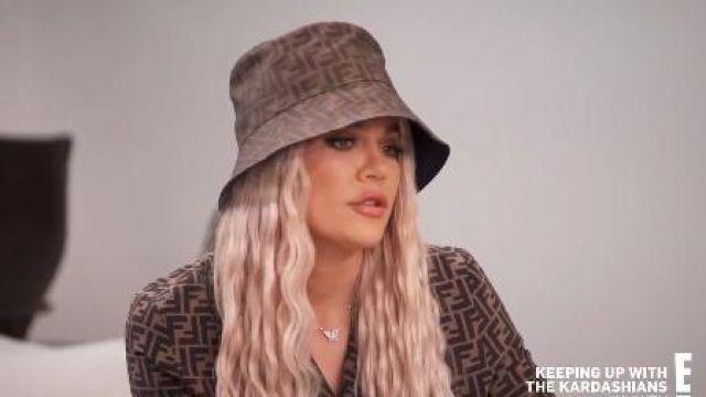 Brun Chapeau de Seau porté par Khloé Kardashian en accord avec les Kardashians Saison 18 Épisode 6