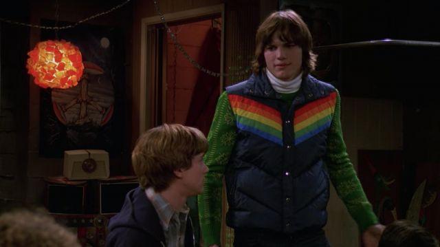 La doudoune Antler sans manche arc-en-ciel de Michael Kelso (Ashton Kutcher) dans That '70s Show (S01E13)
