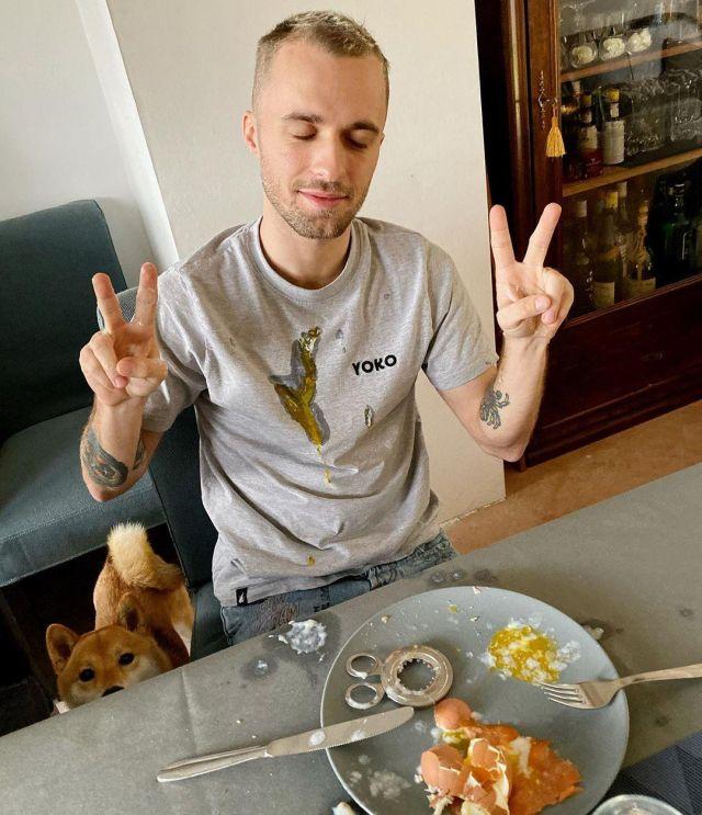 Le t-shirt Yoko en gris de Squeezie sur son compte Instagram @xsqueezie