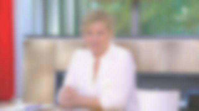 Le top col tunisien en crêpe écru de Anne-Élisabeth Lemoine dans C à Vous le 11.05.2020