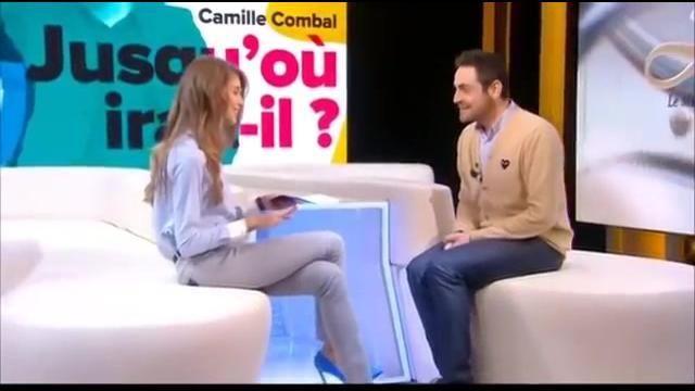 Le cardigan beige Comme Des Garçons porté par Camille Combal dans la vidéo Ophélie Meunier en Ouf ! avec Camille Combal