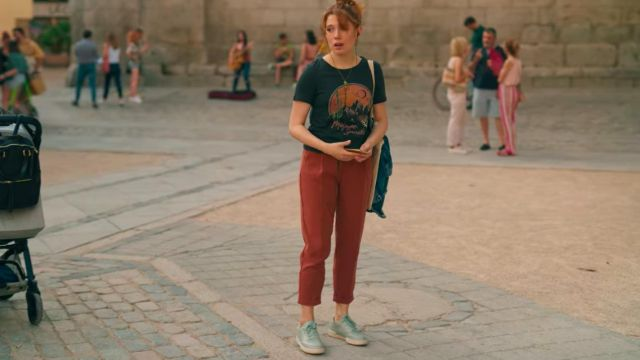 Le pantalon chino rouge de Valeria (Diana Gómez) dans Valeria (S01E01)
