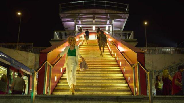 Le sac à main rose pale de Valeria (Diana Gómez) dans Valeria (S01E01)
