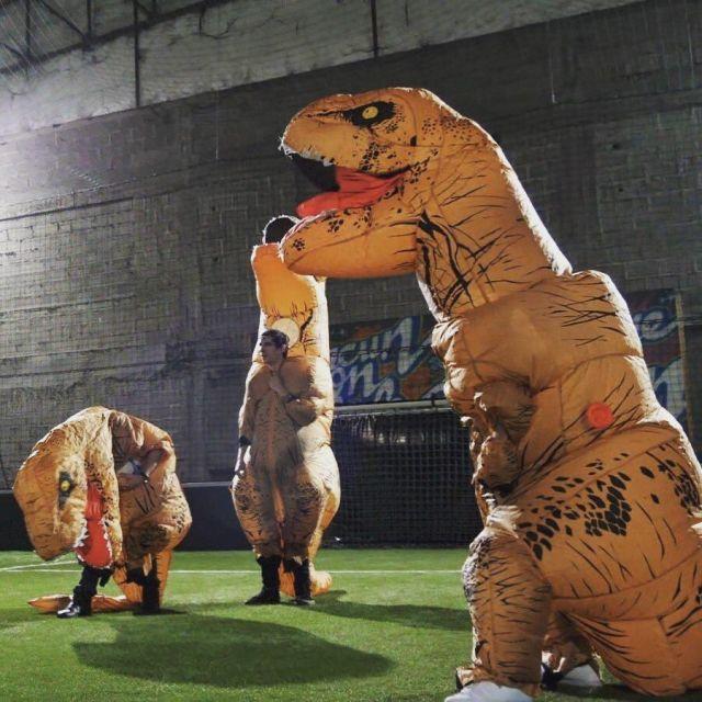 Le déguisement de T-rex porté par Vodka sur son compte Instagram @vodkirl