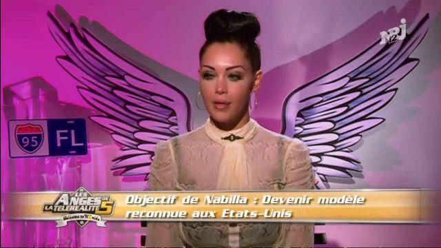 La blouse écru col lavallière de Nabilla Benattia dans Les Anges de la télé-réalité 5