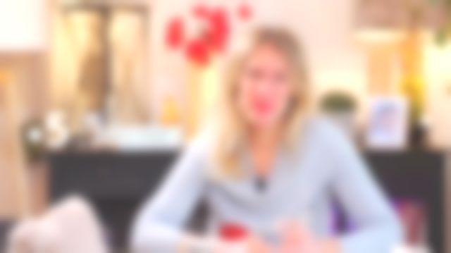Le pull cerises de Agathe Lecaron dans La maison des maternelles