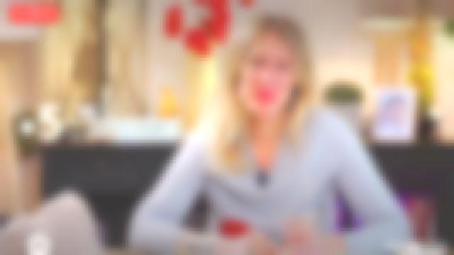 Le pull ras de cou intarsia cerises Éric Bompard de Agathe Lecaron dans La maison des maternelles