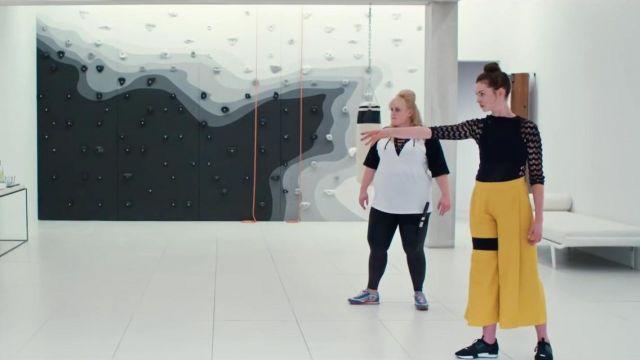 Mi Jong Lee jaune moutarde cullotes Printemps 2018 portées par Joséphine Chesterfield (Anne Hathaway) dans l'Agitation de La