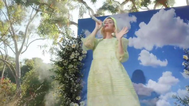 The gown in organza wedding dress with flower embroideries of Katy Perry in the video Never Really Over (Live on Good Morning America / 2020)