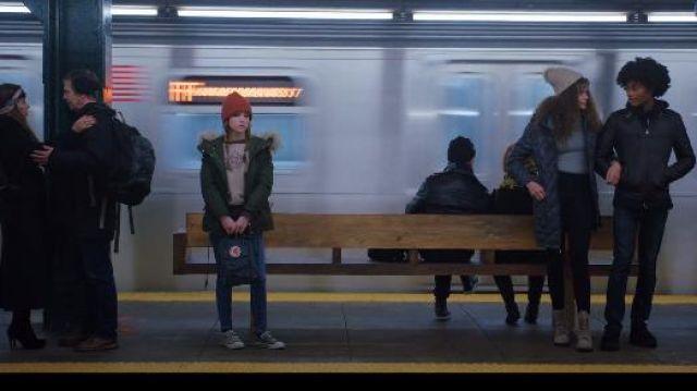 Fjallraven Gris Sac à dos porté par Darby (Anna Kendrick) dans la Vie de l'Amour Saison 1 Episode 1