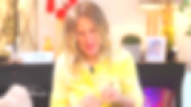 Le pull col rond tie and dye jaune de Agathe Lecaron dans La maison des maternelles le 29.05.2020