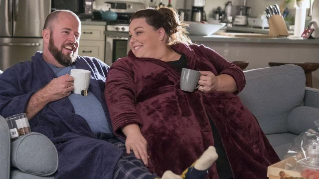The bathrobe bordeaux red worn by Kate Pearson (Chrissy Metz) in This Is Us (S02E09)