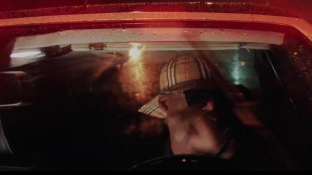 La casquette Burberry de Ninho dans dans le clip Distant de Maes