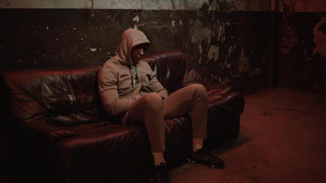 The tracksuit jacket grey Puma Bosh in her video clip Lonely