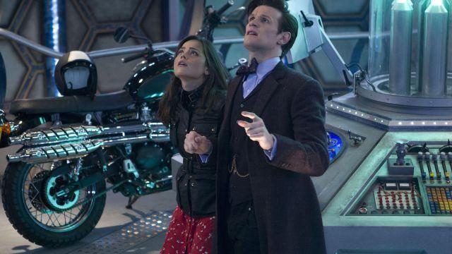 Rouge Robe à fleurs portées par Clara (Jenna Coleman) comme vu dans Doctor Who (S07)