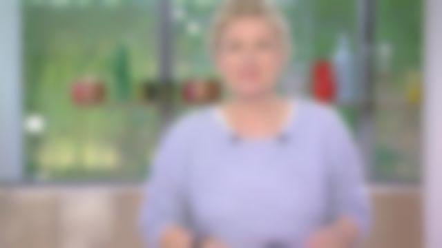Le pull col rond et manches raglan de Anne-Élisabeth Lemoine dans C à Vous le 08.06.2020