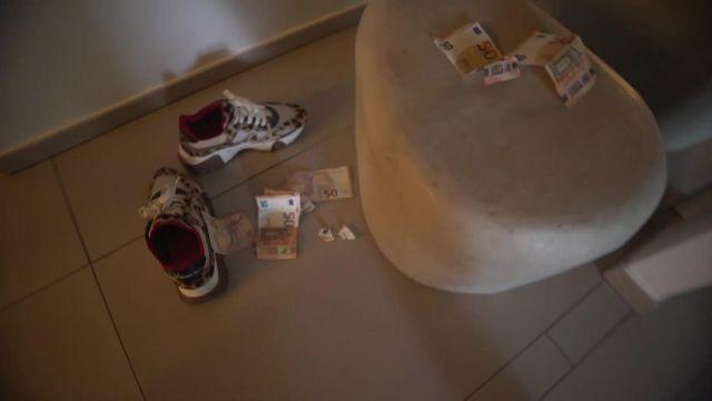 Les baskets à Imprimé Léopard Versace de Moha La Squale dans son clip Chez Babou