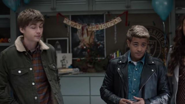 The jean jacket green sherpa Alex Standall (Miles Heizer) in 13 Reasons Why (S04E01)