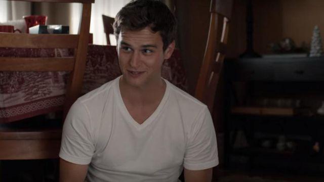 Le t-shirt blanc col V Uniqlo de Justin Foley (Brandon Flynn) dans 13 Reasons Why (S04E01)