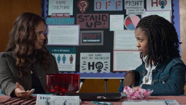 La veste en jean bleu de Ani Achola (Grace Saif) dans 13 Reasons Why (S04E01)