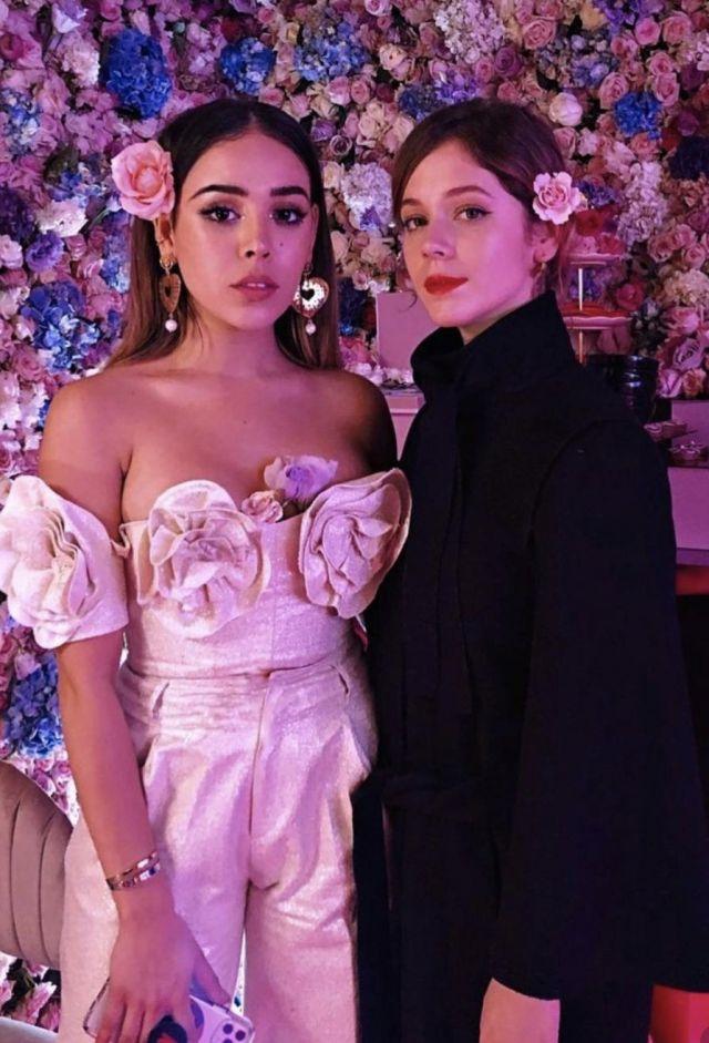 La combinaison rose portée par Danna Paola sur un post Instagram