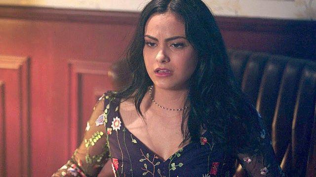 La robe à fleurs Zara de Veronica Lodge (Camila Mendes) dans la série Riverdale (S02E05)
