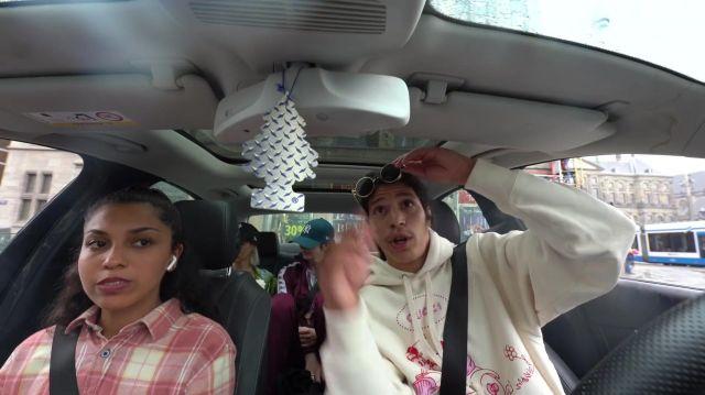 Le sweatshirt Gucci blanc et rose porté par Moha La Squale dans son clip Amsterdam