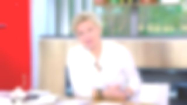 La chemise souple à rayures pastel de Anne-Élisabeth Lemoine dans C à Vous